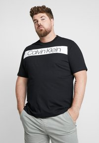 Calvin Klein - B&T STRIPE LOGO  - T-shirt imprimé - black - 0