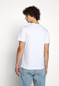 Belstaff - T-shirt con stampa - white - 2