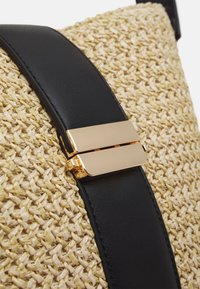 Forever New - IMOGEN BUCKET BAG - Sac à main - straw/black - 4