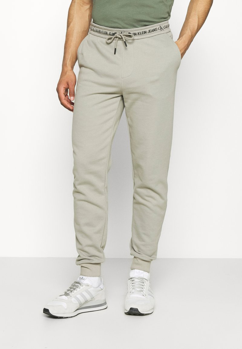 Calvin Klein Jeans - LOGO PANT - Verryttelyhousut - elephant skin