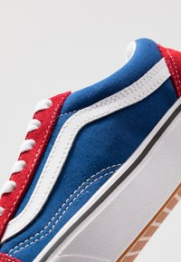 Vans - COMFYCUSH OLD SKOOL - Sneakersy niskie - chili pepper/true blue - 5