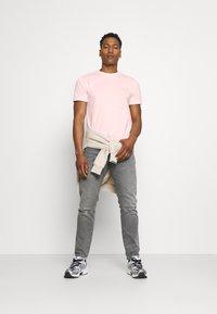 Calvin Klein - CHEST LOGO - T-shirt basic - pink - 1