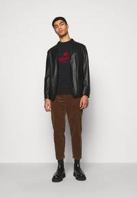 Han Kjøbenhavn - ARTWORK TEE - Print T-shirt - faded black - 1