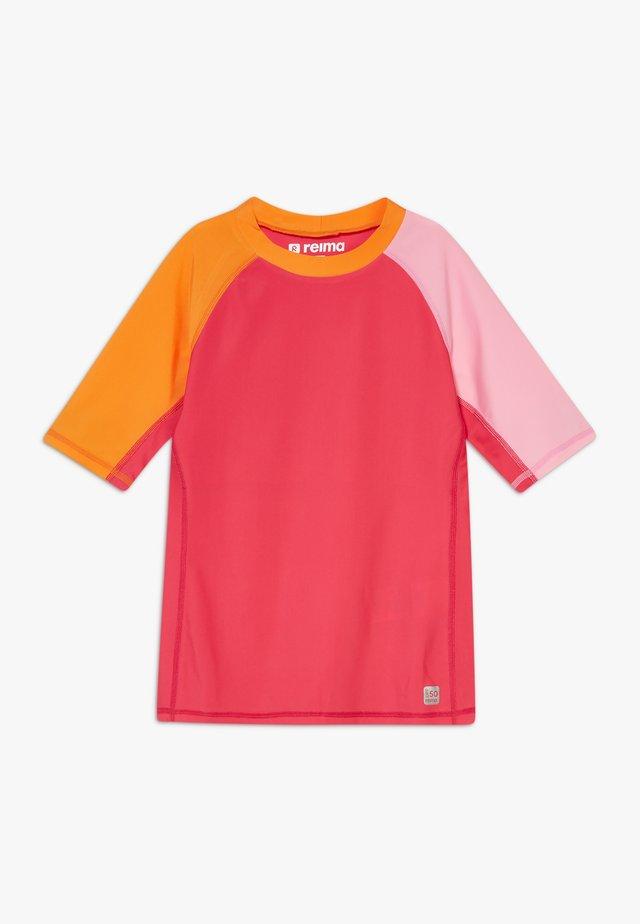 SWIM CAMIGUIN - T-shirt de surf - berry pink