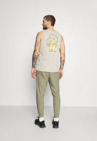 Nike Performance - FLEX VENT MAX PANT - Pantalon de survêtement - light army/black - 2