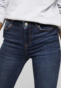 Vero Moda - VMSEVEN SLIM TAPERED - Skinny džíny - dark blue denim - 4