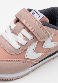 Hummel - REEFLEX INFANT - Sneakers laag - pale mauve - 5