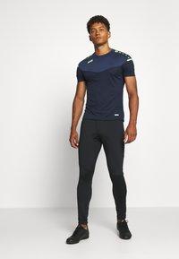 JAKO - CHAMP - Print T-shirt - marine/blue/neongelb - 1