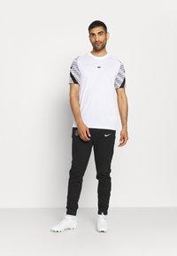 Nike Performance - PARIS ST. GERMAIN PANT - Pantaloni sportivi - black/arctic punch - 1