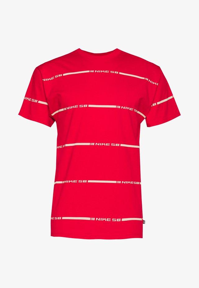M NK SB TEE ON DECK STRIPE - T-shirt z nadrukiem - university red