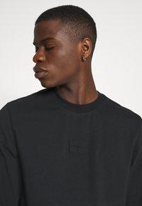 Calvin Klein Jeans - CENTER BADGE - Long sleeved top - black - 4
