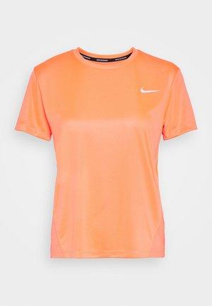MILER - T-shirt print - bright mango/silver