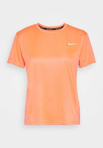 MILER - Print T-shirt - bright mango/silver
