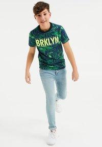 WE Fashion - MET BLADERENDESSIN - Print T-shirt - multi-coloured - 0