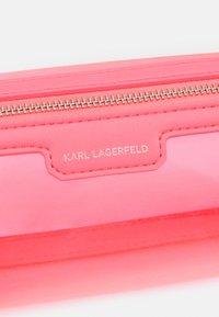 KARL LAGERFELD - JOURNEY TRANSPARENT BARREL - Sac bandoulière - fuchsia - 4