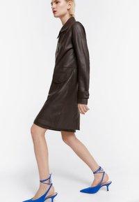 Uterqüe - MIT STANZMUSTER - Krátký kabát - brown - 0