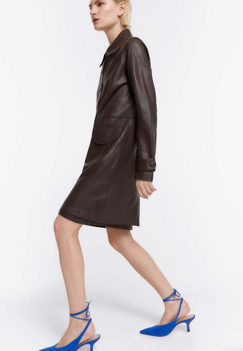 Uterqüe - MIT STANZMUSTER - Krátký kabát - brown