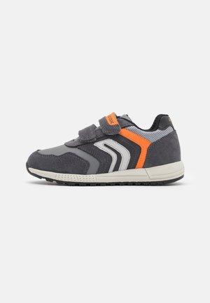 ALBEN BOY - Sneakers laag - dark grey/orange