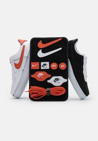 Nike Sportswear - AIR FORCE 1/1 - Zapatillas - white/black/cosmic clay - 8