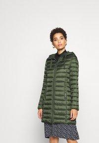 Marc O'Polo - COAT SHAPED FIT ZIPPER POCKETS FIX HOOD - Classic coat - lush pine - 0