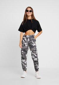 New Look Petite - CAMO UTLITY CUFF - Trousers - black - 2