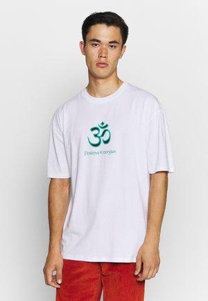 POSITIVE ENERGIES - T-shirt z nadrukiem - white