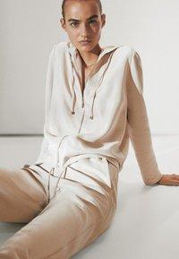Massimo Dutti - MIT REISSVERSCHLUSS  - Zip-up hoodie - beige - 3