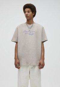 PULL&BEAR - T-shirt med print - mottled beige - 0