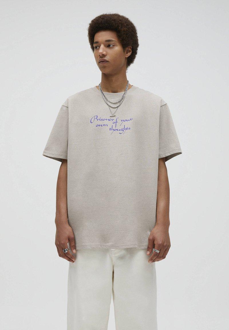 PULL&BEAR - T-shirt med print - mottled beige