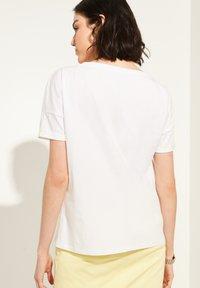 comma casual identity - MIT SKIZZEN-PRINT - Print T-shirt - white - 2