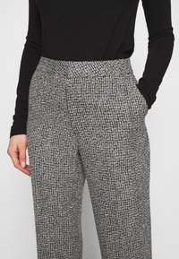 Carin Wester - TROUSERS LOWE  - Bukse - black/white - 4