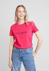 Tommy Hilfiger - NEW TEE  - T-shirts med print - bright jewel - 0