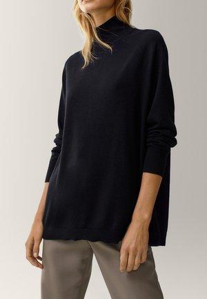 MIT GERIPPTEM STEHKRAGEN  - Sweter - black