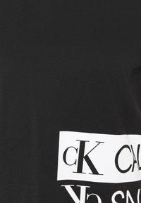 Calvin Klein Jeans - MIRRORED LOGO BOXY TEE - Printtipaita - black/bright white - 5
