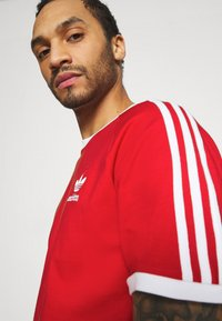 adidas Originals - STRIPES TEE - Camiseta estampada - scarlet - 3
