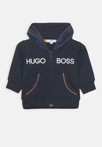 BOSS Kidswear - BABY SET - Mikina na zip - navy - 3