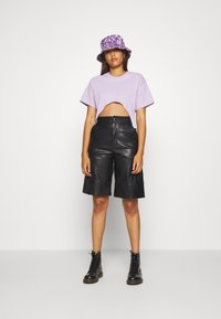 The Ragged Priest - TEE WITH TRIGGERS - T-shirts - lilac - 1