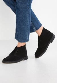 Clarks Originals - DESERT BOOT - Stringate sportive - black - 0