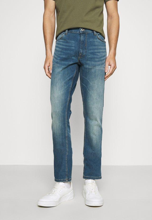 JOY GREENCAST - Jeans slim fit - middle vintage blue denim