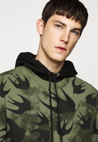 McQ Alexander McQueen - DROPPED SHOULDER - Print T-shirt - military khaki - 3