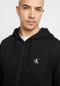 Calvin Klein Jeans - ESSENTIAL ZIP THROUGH - Felpa aperta - black - 5