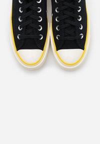 Converse - CHUCK 70 HACKED HEEL - Sneakers basse - black/speed yellow/egret - 5