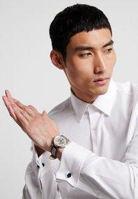 Versace Watches - CIRCLE GRECA EDITION - Zegarek - red - 1