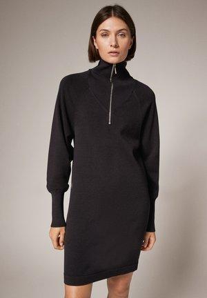 KLEID MIT TROYER-AUSSCHNITT - Jumper dress - black
