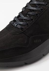 Nubikk - ELVEN TANUKI - Sneakers basse - black raven - 5