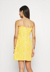 Glamorous - CARE PRINTED MINI DRESS WITH SHOULDER TIE DETAIL - Hverdagskjoler - yellow - 2