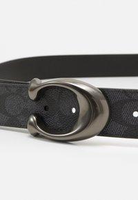 Coach - SCULPTED REVERSIBLE SIGNATURE BELT - Belt - charcoal/black - 3