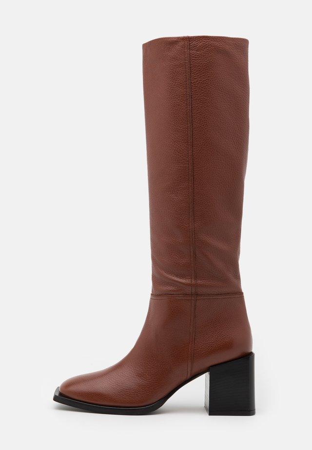 LANDING - Stivali alti - brown