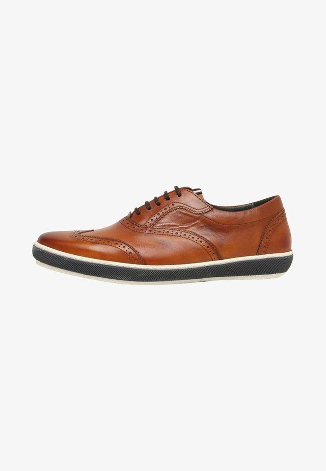 Sznurowane obuwie sportowe - cognac