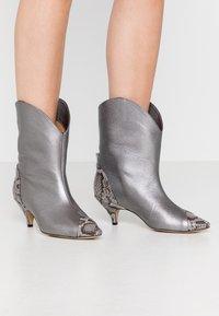 L37 - LIKE A DREAM - Cowboy/biker ankle boot - silver - 0